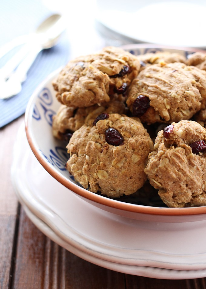 Oatmeal spelt cookies in a bowl.
